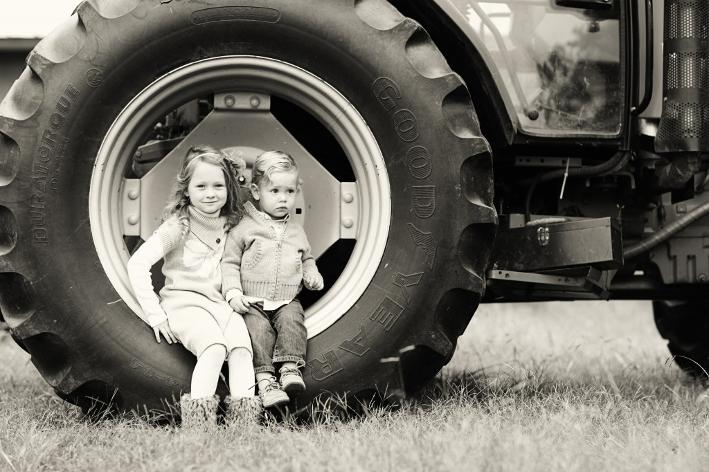 Sibling Photography ideas, Tractor Photography Prop, Country setting photography, kids photography tractors